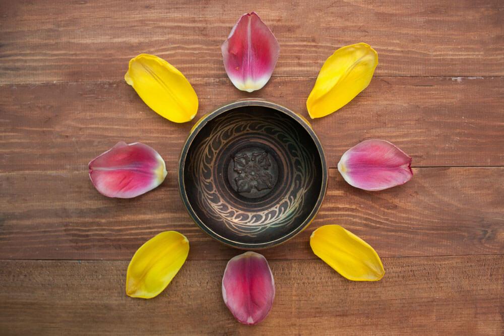 Campana tibetana con petali di fiori